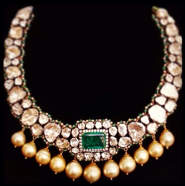 Polki necklace with emerald stone and pearl drops. Perfection.