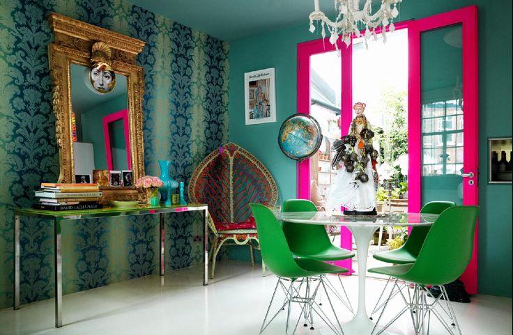 """""""Павлиний"""" уголок в столовой с цветом краски для стен, подобранной под цвет обоев с узором"""