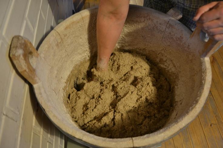 Taikina vastataan käsin lisäämällä tiinuun karkeita ruisjauhoja vähitellen. Valmista taikina alkaa olla, kun kuuluu napsahduksia kättä nostettaessa taikinasta.