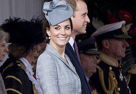 22-Oct-2014 9:34 - KATE MIDDLETON SHOWT BABYBUIKJE IN ALEXANDER MCQUEEN. Kate Middleton is sinds het bekend maken van haar zwangerschap nog maar zelden in het openbaar gespot. De Duchess of Cambridge had enorm last van zwangerschapsmisselijkheid wat haar ervan hield om in het publiek op te treden. Afgelopen maandag werd door het koninklijke paar de uitgerekende datum van hun ongeboren spruit naar buiten gebracht en gisteren werd Kate dan voor het eerst met een bollend mini baby-buikje...
