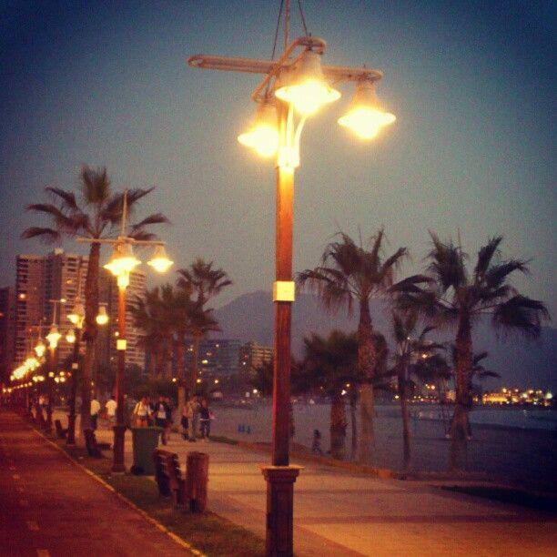 Paseo Playa Cavancha durante la noche.