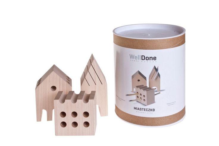 Miasteczko Wooden WellDone®   W drewnianym miasteczku zawsze panuje porządek. Miasteczko to seria trzech drewnianych organizerów na wizytówki oraz przybory do pisania, pozwalających utrzymać porządek na biurku. Geometryczne kształty, inspirowane architekturą Cieszyna, wykonane z litego drewna bukowego, są solidne i praktyczne.  Projekt: Ewa Guniewska.