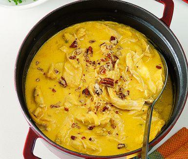 Aji de Gallina är en smakrik peruansk kycklinggryta. Genom att koka kycklingen hel får den goda buljongen maximalt mustig smak. I originalreceptet kryddas grytan med den gula curry pasten aji amarilla, men det blir lika gott med thailändsk currypaste.