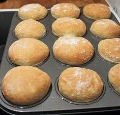 """""""Helpot kauraiset muffinisämpylät aamu- tai iltateelle! Ja mikä ihaninta, näitä sämpylöitä ei tarvitse pyöritellä!"""" Kauraiset muffi..."""