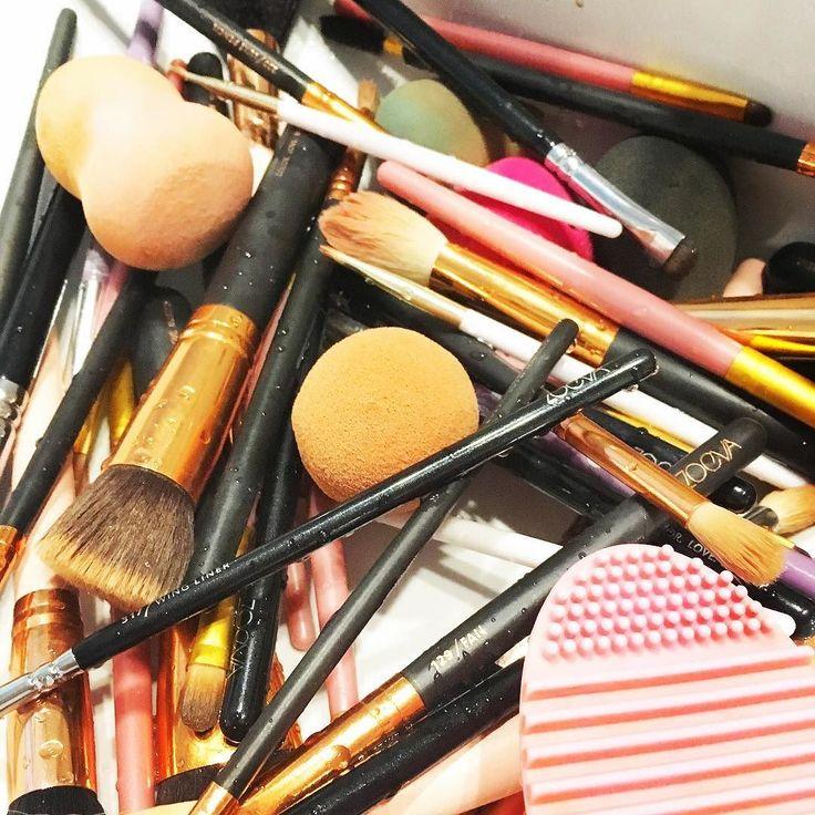S U N D A Y  Los domingos para mí son esto! Limpieza de brochas a limpiar lo que quedó de la semana Alguien más?  #zoeva #makeupsunday #makeup #makeupjunkie #makeupcollection #makeupartists #makeupaddiction #makeupblogger #makeuplove #makeupobsessed #makeupfanatic #makeupporn #makeuplovers #lovemakeup #makeupgeek #makeupmafia #makeupoftheday