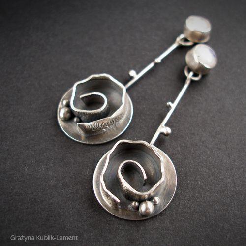 KOLCZYKI 'KSIĘŻYCOWE RÓŻE' GRAŻYNA KUBLIK-LAMENT . KOLCZYKI Kobiece, piękne i zwracające uwagę srebrne kolczyki, w bigle których zakuto delikatne kabaszony kamieni księżycowych.