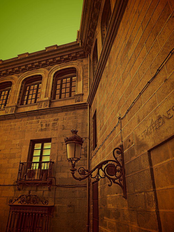 Las fachadas de la capilla del Obispo y del Palacio de los Vargas se suceden sin diferencias estéticas.