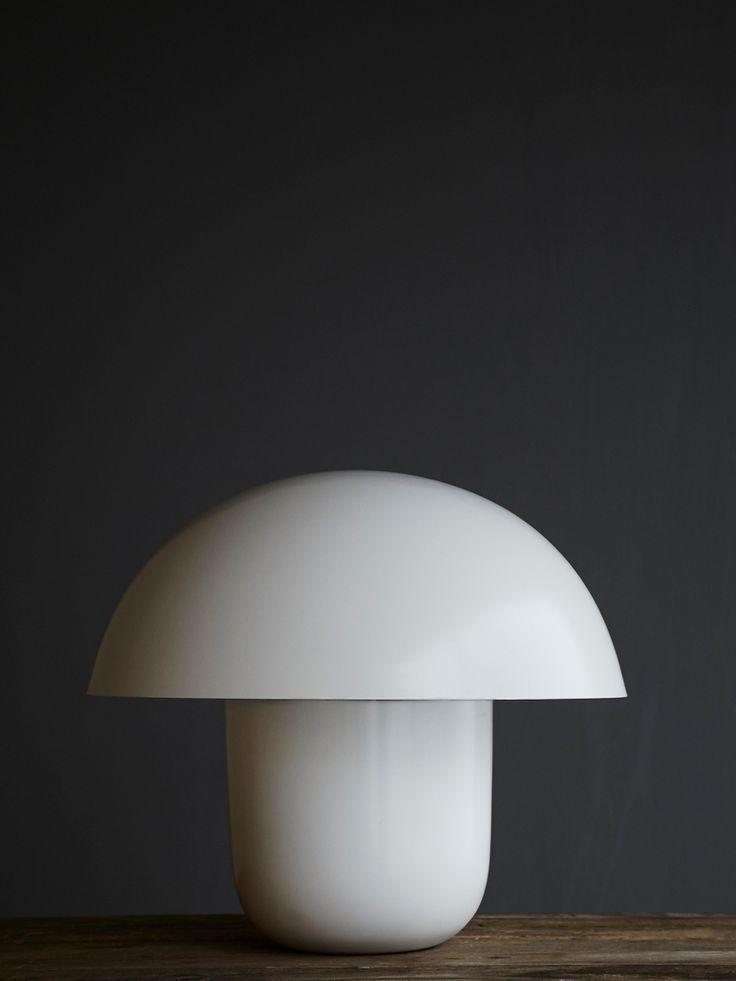 Underbar bordslampa med en elegant och mjuk design, som får vilket rum som helst att se mysigt och modernt ut.