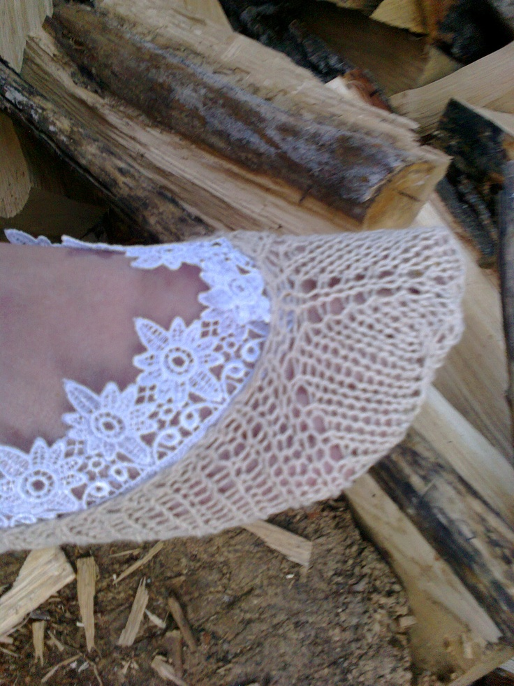 Socks are connected and decorated in the style of boho.Pryazha linen, natural color, decorated kruzhevami.Izgotovleny the spokes.