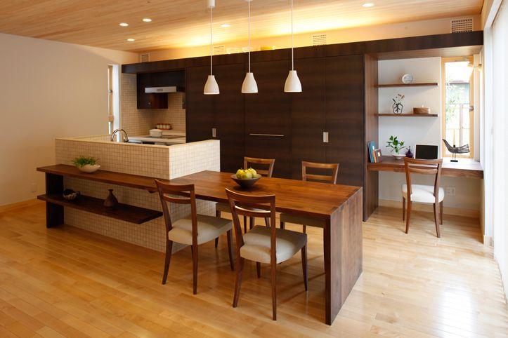 対面アイランドシンクで壁高め、コンロは換気重視、背面収納!照明も素敵。