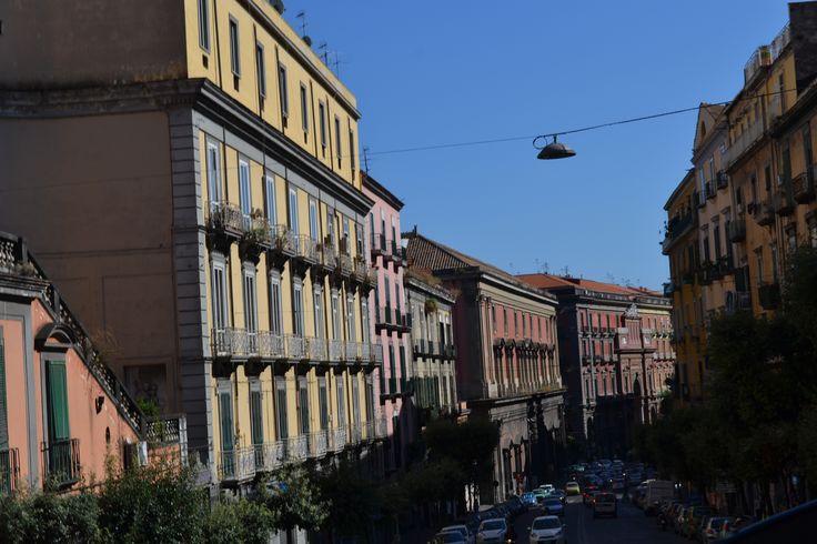Colorita, caotica ma con ottima pianificazione urbana. Cosi e Napoli.