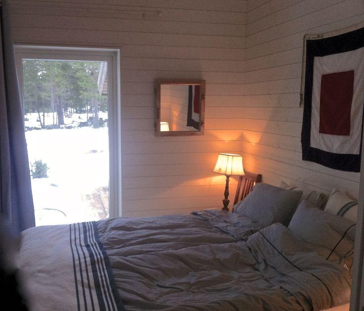 Gammal signalflagga hittad på Blocket istället för en tavla eller sänggavel! Lampskärm från Mio, sängkläder från Newport och gardin från Åhlens. #www.hittahemnu.se# #Hitta Hem#