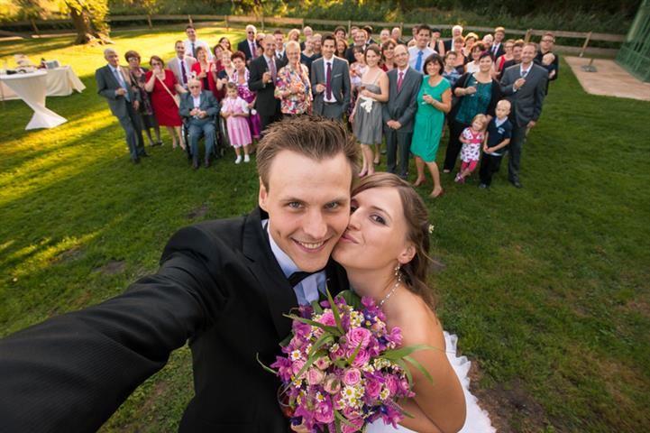 Selfie couple et ses invités