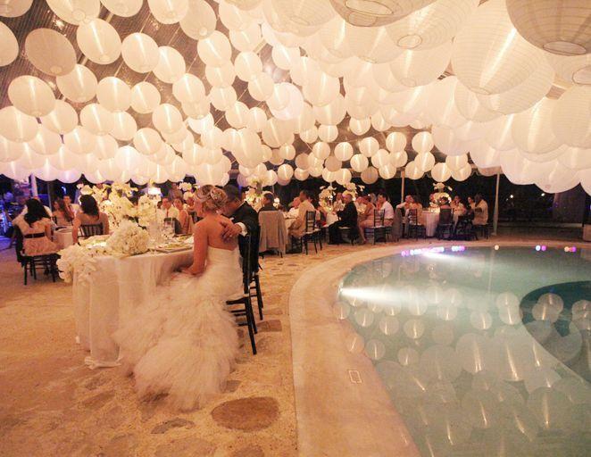 Lampionnen  Het plafond van de feestzaal bedekt met witte lampionnen   Bruiloft decoratie Trouw inspiratie Huwelijk versiering Paper lanterns Wedding