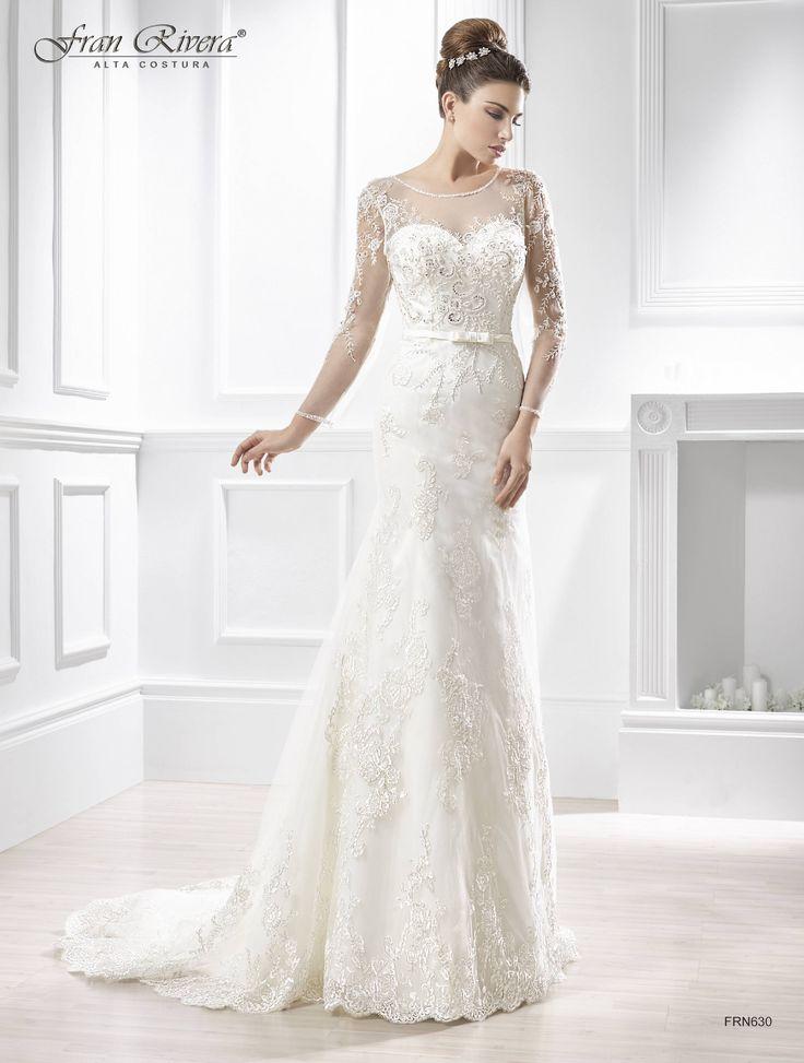 Vestido de novia juvenil tul en pedrería de cristal de swarovski, aplicaciones de guipur fajín en raso, corte sirena, cuello barca, escote corazón, manga larga.