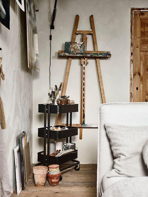 Een passioneel plekje creëerje zo | IKEA IKEAnl IKEAnederland creatief schilderen kunst schilderkunst pallet inspiratie wooninspiratie interieur wooninterieur RÅSKOG roltafel slaapkamer kamer logeerkamer