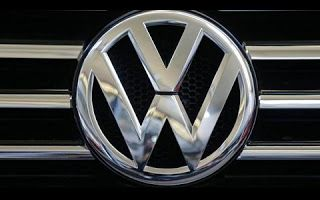 A montadora alemã Volkswagen, que conta com quatro fábricas no Brasil, pretende demitir mais 3 mil funcionários de suas operações no país. Segundo comunicado divulgado pela empresa nesta sexta-feira (18/11) plano é fechar 5 mil vagas por um período de cinco anos a partir de 2016, sendo que 2 mil delas já foram cortadas, todas por meio de Programa de Desligamento Voluntário (PDV).