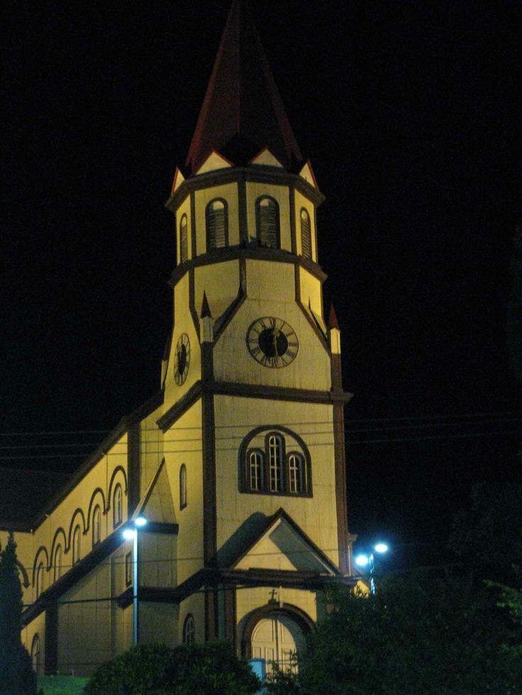 Una iglesia iluminada en la noche, Puerto Varas. // An illuminated church in the evening, Puert Varas. (X Región)