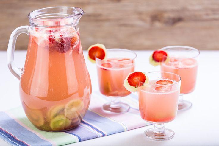 Osvěžující ovocnou limonádu z jahod, kiwi a hroznového vína můžete podávat buď s pořádnou dávkou ledu nebo teploty pokojové :)