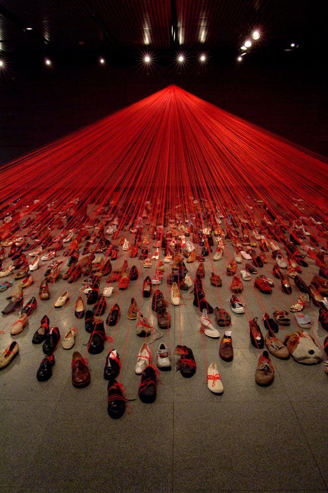 hilos rojos lineas punto zapatos instalacion
