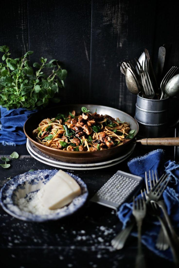 Pratos e Travessas: Esparguete com molho de tomates secos ao sol, espinafres e cogumelos marrom # Spaghetti with sun dried tomatoes sauce, spinach and cremini mushrooms | Food, photography and stories