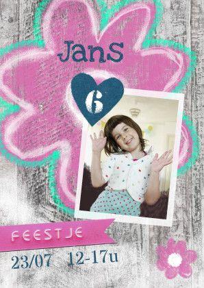 Hippe uitnodiging meisje met eigen foto op een afbeelding van sloophout. Fotokaart kinderfeestje meidenfeest. Lief, origineel en hip! Zus&ik ontwerp  #uitnodiging #kinderfeestje #6jaar #meisje