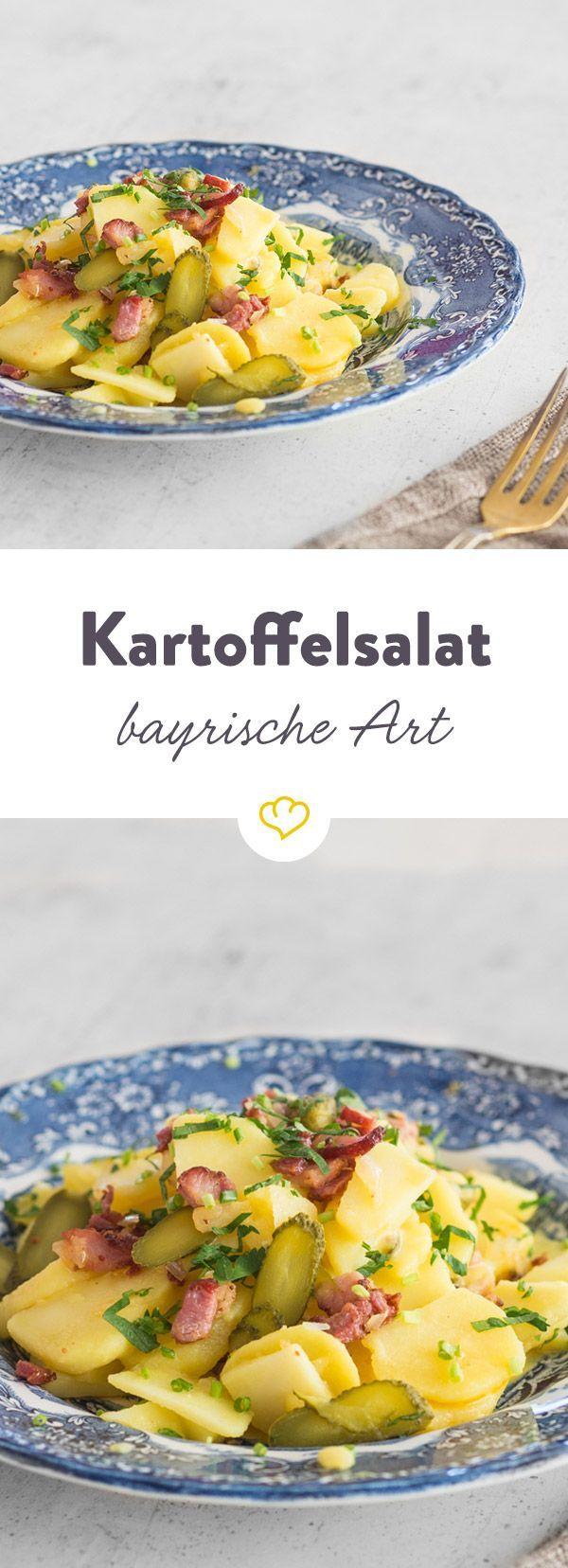 Die Bayern mögen es deftig. Neben Kartoffeln und Brühe kommen in ihren Kartoffelsalat auch Gewürzgurken und Speck.