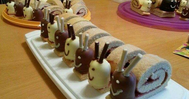 Cute, slakjes gemaakt van een opgerolde koek! Maak een opgerolde koek van biscuitdeeg, met jam ertussen. Rol hem niet helemaal op, e...