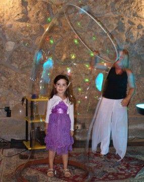 """Vuoi che il tuo evento resti una festa indimenticabile? Marix saprà stupire i tuoi ospiti con uno spettacolo originale ed emozionante per grandi e piccini: magiche bolle di ogni dimensione,sculture di bolle,  bolle di fumo, tavolo luminoso per bolle cangianti e per finire la """"MAGICA BOLLA"""" che vi farà provare l' emozione di essere racchiusi in una bolla! - See more at: http://annuncigratistop.it/ads/spettacolo-bolle-di-sapone-per-feste-ed-eventi/#sthash.qtARLEKj.dpuf"""