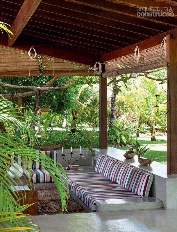 Esteiras de dendê e móveis de alvenaria reforçam o estilo descontraído. Projeto de Amadeo Romero.