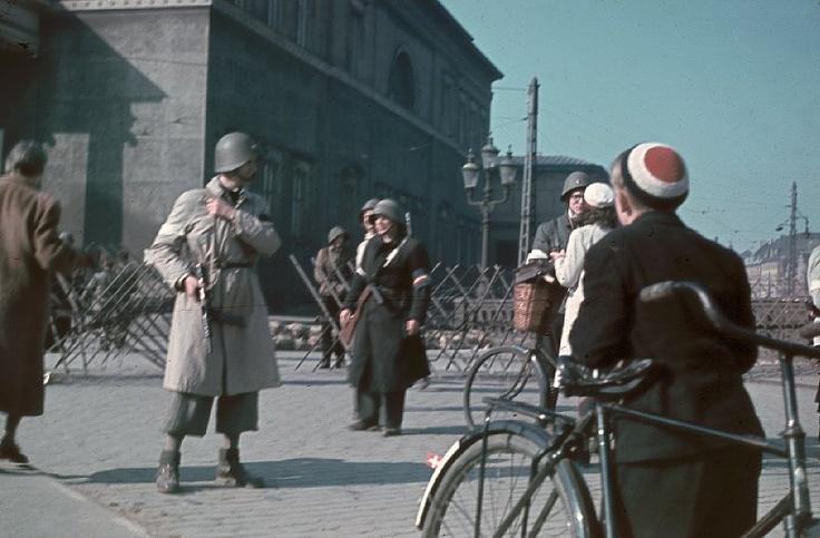 Frihedskæmpere fra Slotsholmsdetachementet ved en afspærring på Højbro i København. Detachementet bestod af såkaldte o-grupper (officersgrupper) (ukendt) Frihedsmuseets Billedarkiv http://erez.natmus.dk/FHMbilleder/Site/index.jsp
