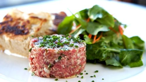 Tartare de thon, salade d'épinards et asperges