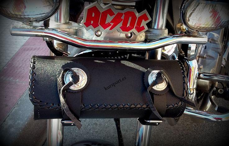 Rulo portaherramientas de cuero PU Ref. Model-01-ESG  Medidas y características: - Largo: 28 cm. - Diámetro: 12 cm - Rulo de cuero sintético con 3 mm de espesor. - 100% resistente al agua (waterproof). -Contiene dos correas para su fácil sujección en la moto. - Forro interior con goma espuma negra - Mantenimiento : Utilizar grasa de caballo #moto #motorcycle #moteros #motorbike #alforjas #motos #motorista #custom #biker #kursport