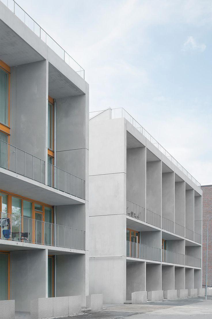Bebyggelsen består av två huskroppar placerade utefter Husarviken. Varje lägenhet öppnar sig mot Husarvikens vatten och Norra Djurgårdens grönska. Lägenheterna utgör i princip radhus staplade på varandra, små lägenheter i suterrängnivån som nås via en entrékorridor i bakkanten, större lägenheter i ett plan i gårdsnivån samt etagelägenheter med takterrass som nås från en loftgång, allt... Läs mera »