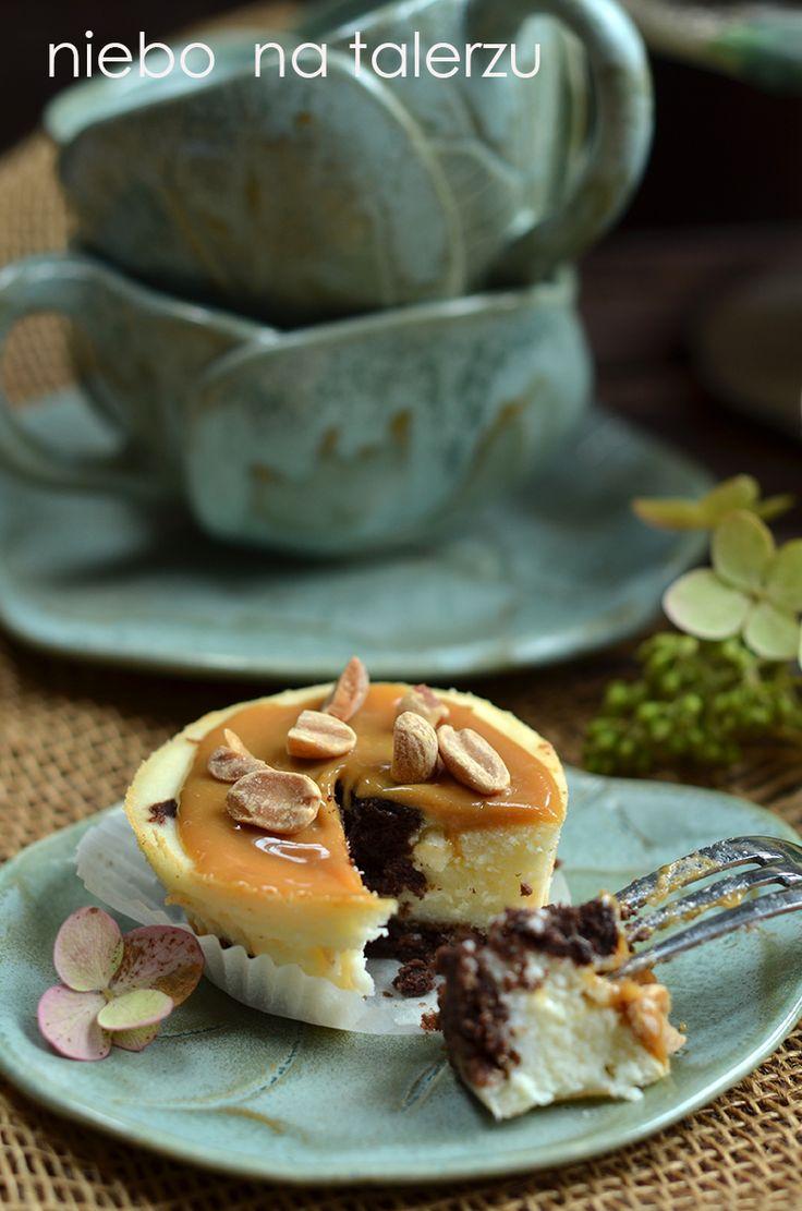 """Sernik to proste ciasto, dzięki któremu udaje mi się w dobrym humorze, bez niepotrzebnego napracowania się podać deser z efektem """"wow"""". Duż..."""