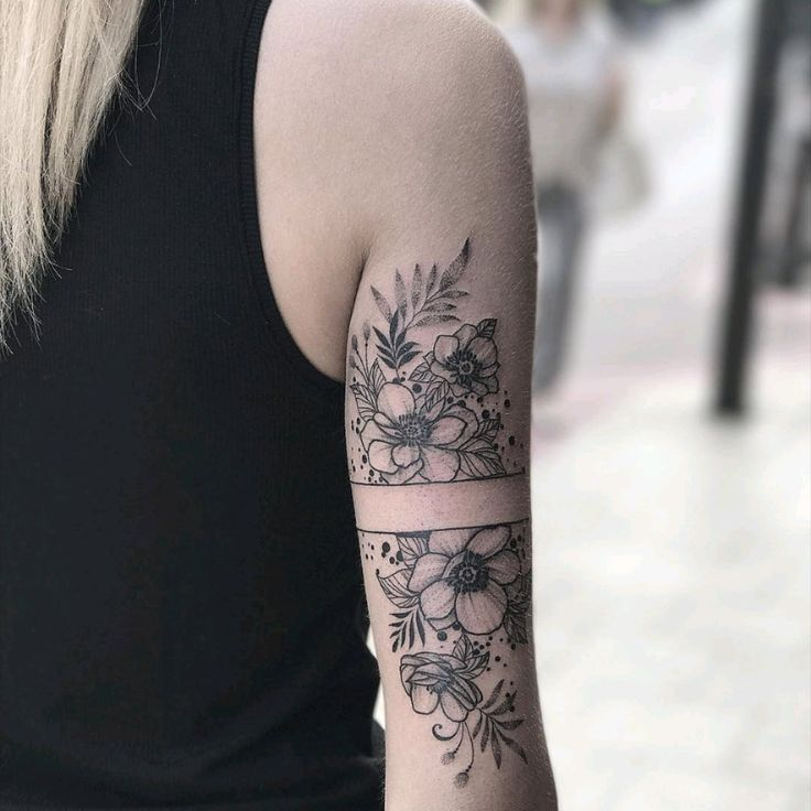 Von #angelikaferrous #floral #flowers #blackwork #linework #flowertattoos
