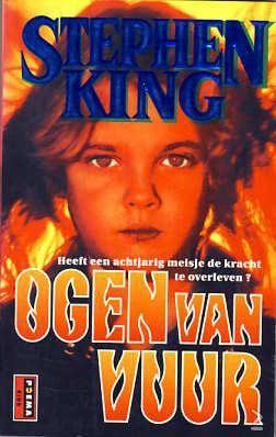 Stephen King - Ogen Van Vuur  Mpl  'Papa, ik ben moe,' zei het meisje met de rode broek en het groene bloesje kribbig. 'Kunnen we niet even rusten?' 'Nog niet. liefje.' Hij was een forse, breedgeschouderde man in een kaal, afgedragen corduroy jasje en een vaal bruine gekeperde broek. Elkaar bij de hand houdend liepen hij en het meisje Third Avenue in New York City op en ze liepen hard, ze renden bijna. Hij keek over zijn schouder en de groene wagen was er nog, hij kroo...