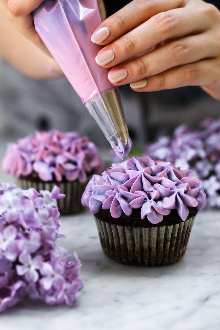 Kleine Partie Flieder Schokoladen Cupcakes