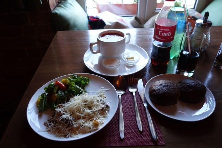 ロシアといえば当然食べたいのがロシア料理ですが、ウラジオストクでロシア料理を食べるのはDva Gruzinaがオススメです。1品あたり500~1,000円程度でボルシチなどのロシア料理が食べれます。