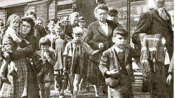 Sudetendeutsche 1945: Mit dem Transportzug aus der Heimat nach Deutschland.