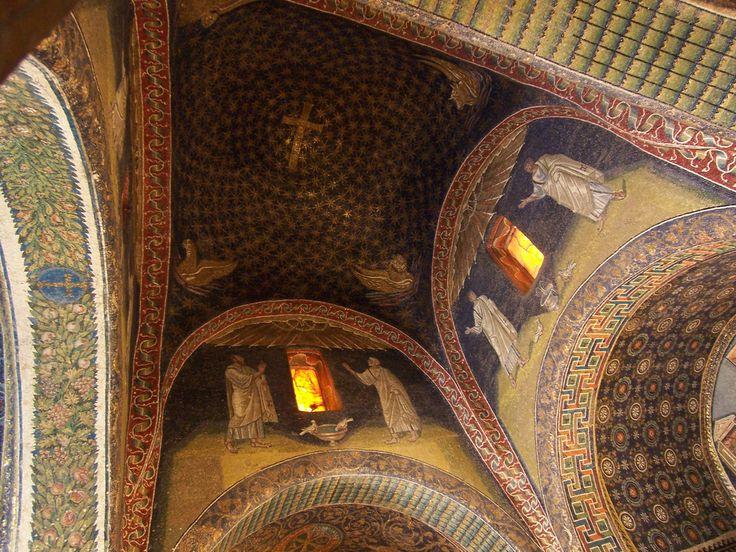 Mausoleo de Gala Placidia. Roma (Italia), siglo V. Los mosaicos de la bóveda central representan el símbolo de la Cruz, rodeada de un cielo estrellado y el tetramorfos. Los mosaicos son la transición entre el arte paleocristiano y el bizantino.