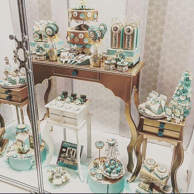 mesa decorada - vitrine - cores dourado e turquesa