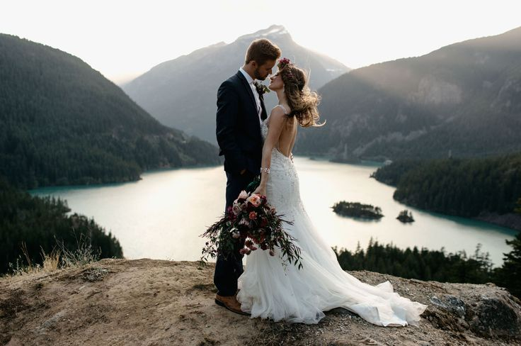 Diablo Lake Inspiration // This gorgeous boho inspired elopement in the Pacific Northwest is super dreamy, with the golden light + turquoise lake.