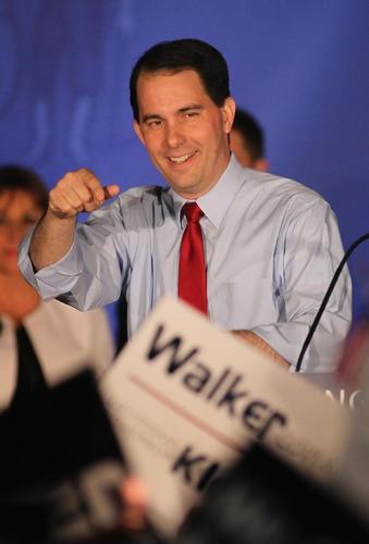 5 de junio de 2012/ El gobernador de Wisconsin, Scott Walker (rep.), fue reelegido este martes en una elección revocatoria en la que se enfrentaba al demócrata Tom Barret, alcalde de Milwaukee. Walker venció por casi 7 puntos, lo cual, en opinión de muchos expertos, es garantía de que Romney tiene más opciones de ganar la presidencia. Después de todo, diversas circunstancias políticas y sociológicas hacen que lo que pase en este estado se parezca mucho a lo que puede pasar a nivel nacional.