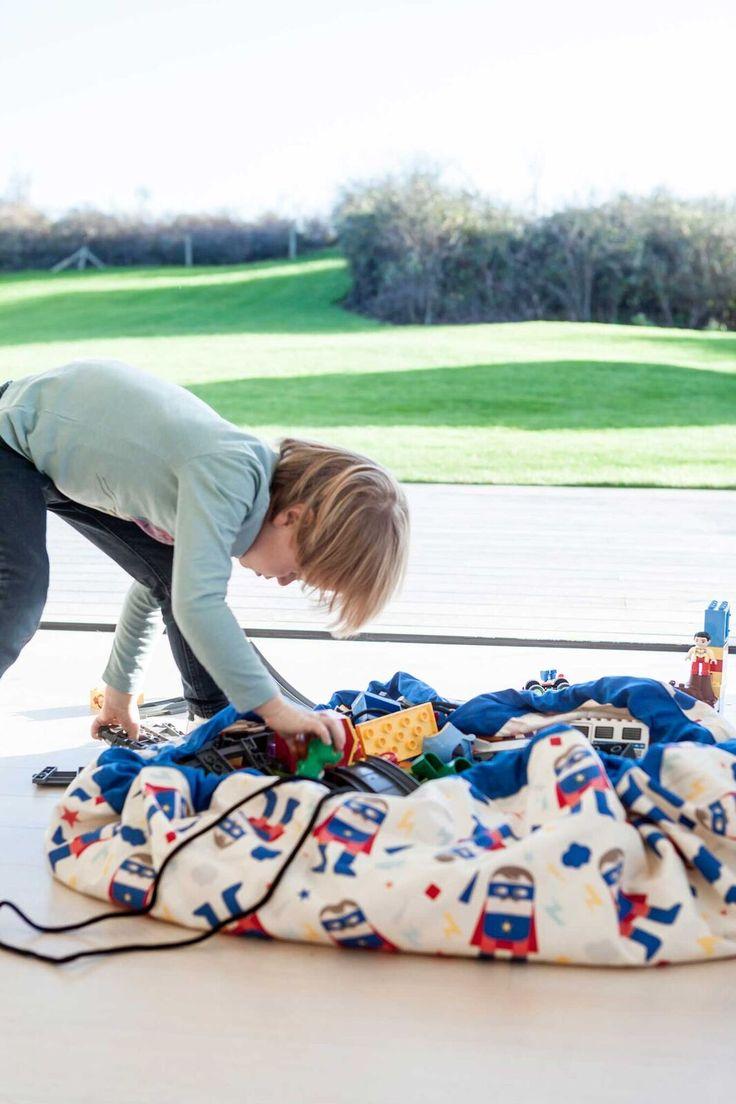 Υφασμάτινη τσάντα αποθήκευσης παιχνιδιών.  Παράλληλα μπορεί να χρησιμοποιηθεί σαν χαλάκι για παιχνίδι.  Ένας εύκολος τρόπος μαζέματος παιχνιδιών, ενώ δίνει και μια ευχάριστη πινελιά στο παιδικό δωματίο.  Μπορεί επίσης να μεταφερθείεύκολα.  Προτείνεται πλύσιμο με κρύο νερό.  **Π