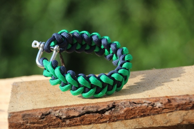 Een voorbeeld van een armband die wij maken van Paracord 550 met een rvs D-sluiting in een z.g haaientand patroon. Ga voor deze armband naar http://www.braceletshop.nl/webshop/paracord-armbanden/detail/69/paracord-550-armband-type-haaientand-groenblauw.html