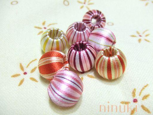 飴玉みたいな模様がカワイイ巻玉のアクセサリー!ウッドビーズと刺繍糸でカワイイ模様を付けることができるんです♪