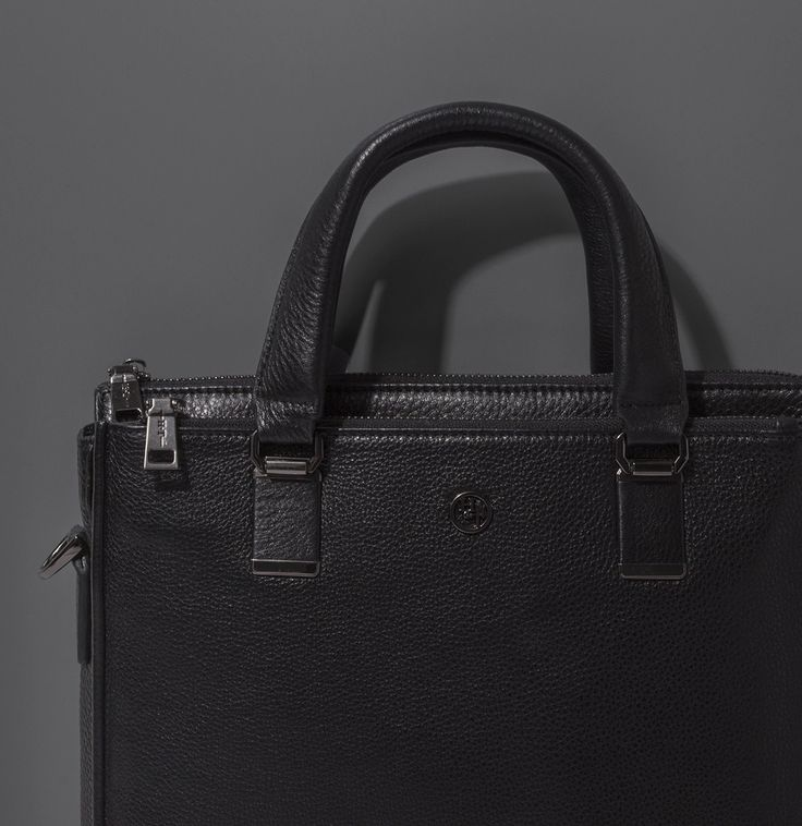 Style Details   Необычные и элегантные аксессуары для создания безупречных образов.  Кожаный портфель с Т-образными ручками - 8 599 ₽  #MFILIVE #accessories #SS17