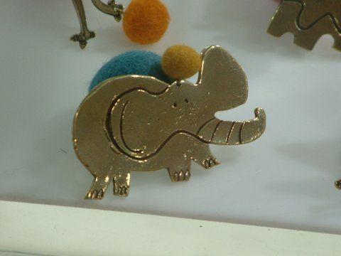 Broach. Bronze and felt wool.