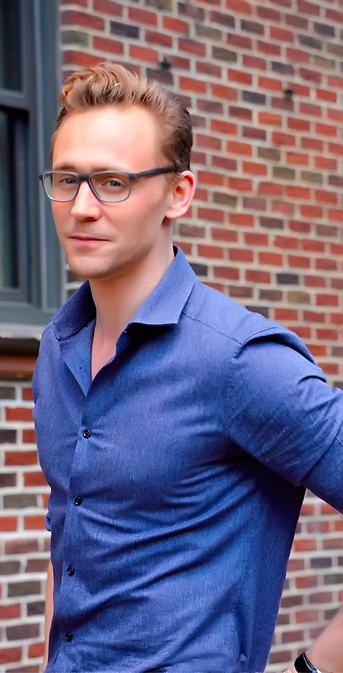 Tom Hiddleston arriving at The Late Show With Stephen Colbert taping at the Ed Sullivan Theater on October 16, 2015 in New York City. Full size image: http://ww2.sinaimg.cn/large/6e14d388gw1ey22qci69oj22582s0b2b.jpg Source: Torrilla